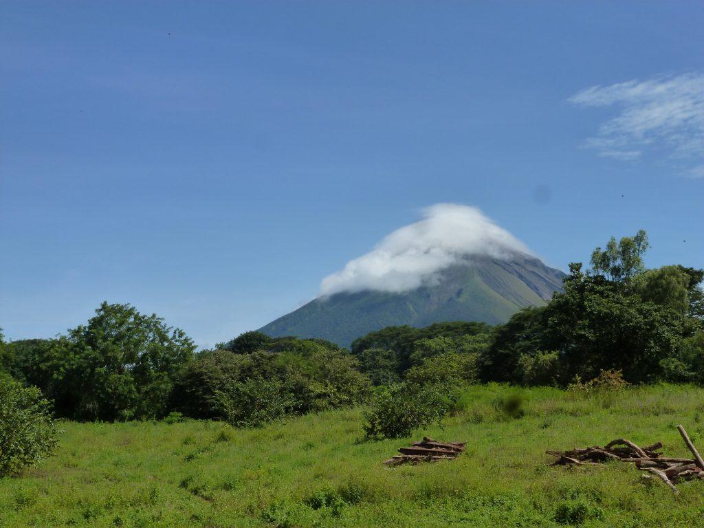 Volcan et ciel bleu au Nicaragua